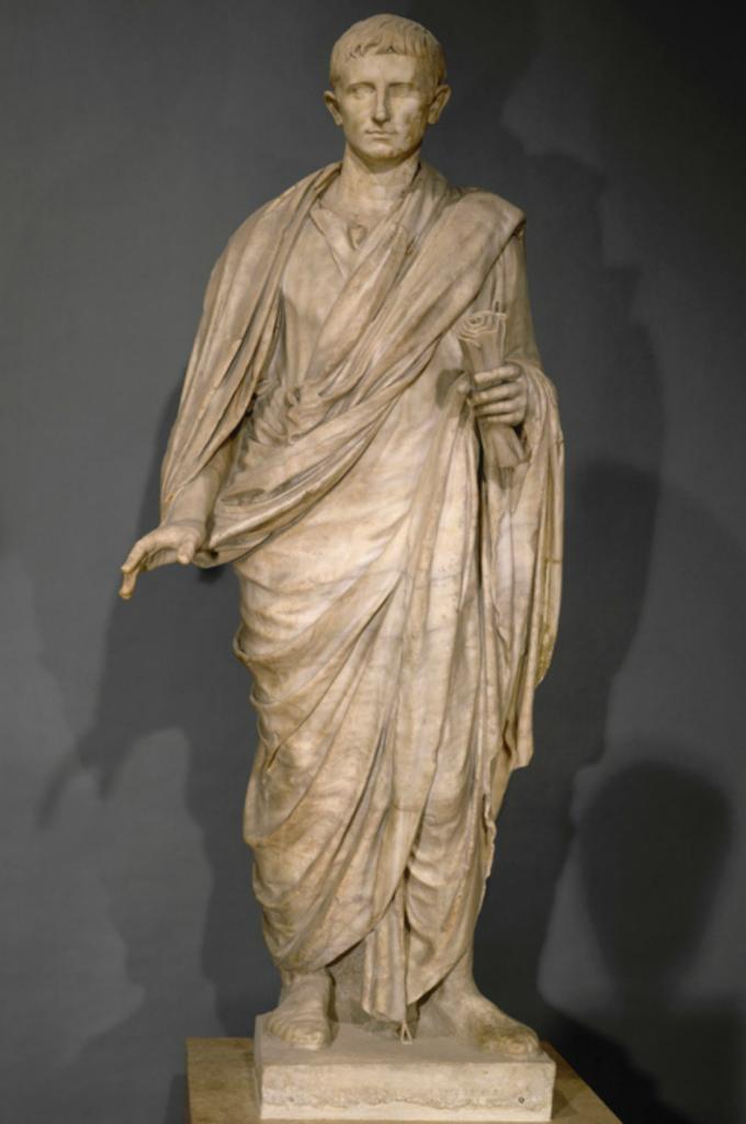 Augustus togatus